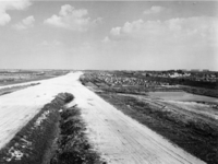 1971-1946 De Rijksweg 20, gezien vanaf de uitkijkpost. Links de wijk Ommoord. Rechts volkstuintjes en de spoorlijn ...