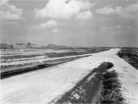 1971-1950 De Rijksweg 20 in aanbouw en links de wijk Ommoord.