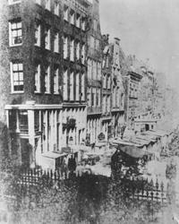 1971-1997 De Kaasmarkt, later de Gedempte Botersloot geheten, gezien vanaf het bordes van het stadhuis.Op de voorgrond ...