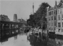 1971-2144 De Kolk, rechts de Open Rijstuin en de achterzijde van panden aan de Toerijstuin, links het spoorwegviaduct ...