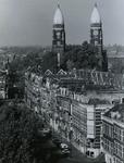 1971-2326 De torens van de Koninginnekerk, vanaf het Ammanplein. Op de voorgrond de woningen aan de Boezemsingel. Op de ...