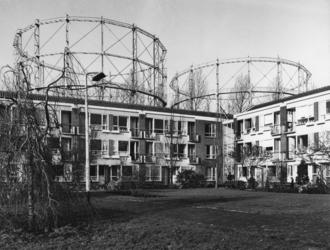 1971-2503 Gezicht op de huizen, achterzijde aan het Noordeinde. Op de achtergrond de gashouders.