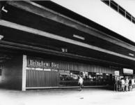 1971-2510 Metrostation Zuidplein aan de Gooilandsingel. Restaurant en de Spaarbank op het metroplein.