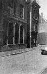 1971-2554 De Lange Torenstraat met de Gemeentelijke Bank van Lening en de toegang tot de Snippenvlugsteeg.