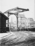 1971-501 Gezicht op de Piet Heynsbrug met op de voorgrond de westzijde van de Aelbrechtskolk.