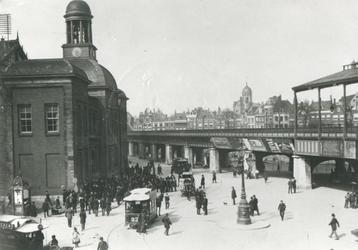 1972-1389 De Beurs en Station Beurs aan het Beursplein. Op de achtergrond de toren van het stadhuis aan de Kaasmarkt.