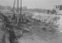 1972-145-EN-146 Het heien van palen voor de bouw van het Rotterdams Lyceum aan de Pieter de Hoochstraat.Afgebeeld van ...