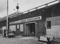 1972-1466 Mennens en Co handel in ijzerwaren en gereedschappen aan de Boompjeskade onder de oprit naar de Willemsbrug.