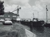 1972-1476 Rijnaak Antoinetta liggend op de Nieuwe Maas aan de kade bij de Piekstraat, aan de overzijde de watertoren ...