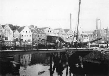 1972-152 Achterhaven met op de voorgrond de Buisbrug, gezien vanaf het Buizenwaal.