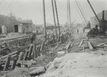 1972-163 Gezicht op het heien van palen voor de verbreding van de Aelbrechtskade. Op de achtergrond de Mathenesserbrug.