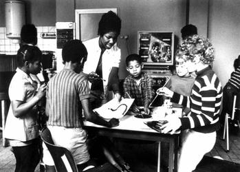 1972-1844 Interieur van de recreatiezaal van het culturele centrum voor Surinamers in Rotterdam Wi Masanga (=Onze Hut) ...