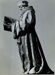 1972-1849 Standbeeld van Erasmus op de Sint-Laurensplaats.