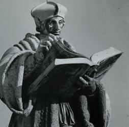 1972-1855 Standbeeld van Erasmus op de Sint-Laurensplaats.