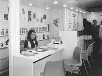 1972-2060 Vacaturebureau Informatie voor de Werkende Vrouw in een C '70 paviljoen aan de Coolsingel.