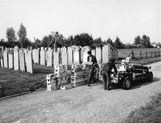 1972-2255 Herstelwerkzaamheden van grafstenen op de Israëlitische Begraafplaats aan het Toepad.