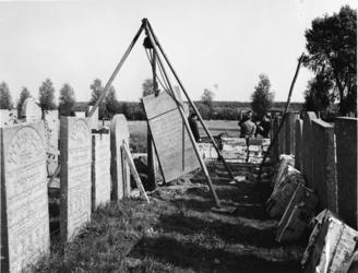 1972-2256 Herstelwerkzaamheden van grafstenen op de Israëlitische Begraafplaats aan het Toepad.