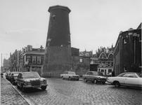 1972-2423 Gezicht op de Mathenesserdijk achter molen De Graankorrel de Noordschans.