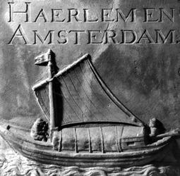 1972-39 Gevelsteen van het voormalig commissarishuisje van het Amsterdamse en Haarlemse veer aan de Binnenrotte.Het ...