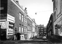 1972-791 Korte Schoonderloostraat gezien vanuit de Havenstraat. Op de achtergrond de Schoonderloostraat.