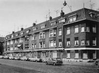 1972-805 Heiman Dullaertplein gezien vanuit de Dirck Hoffstraat. Rechts de IJzerstraat,