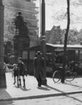 1972-883 Jongens aan het rolschaatsen op het Van Hogendorpsplein. Op de achtergrond het standbeeld van Gijsbert Karel ...