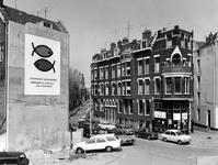 1973-1610 Eendrachtsstraat gezien vanaf het Vasteland. Rechts hoekpand in gebruik bij de Kritiese werkende jongeren ...