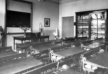 1973-2015-TM-2017 Interieurs van de Rijkskweekschool voor Vroedvrouwen aan de Henegouwerlaan.Afgebeeld van boven naar ...