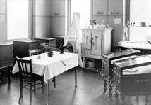 1973-2021-TM-2023 Interieurs van de Rijkskweekschool voor Vroedvrouwen aan de Henegouwerlaan.Afgebeeld van boven naar ...