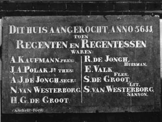 1973-399 Gevelsteen van een pand voor een Israëlitische weeshuis (1851) met de namen van begunstigers, regenten en ...