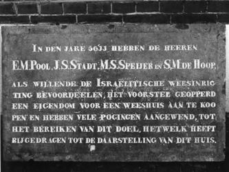 1973-400 Gevelsteen van een pand voor een Israëlitische weeshuis (1851) met de namen van begunstigers, regenten en ...