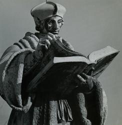 1973-61 Standbeeld van Erasmus op de Sint-Laurensplaats.