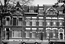 1973-760 Huizen nummers 134, 136, 138 en 140 aan de oostzijde van de Heemraadssingel. In het midden Huiszorg vereniging ...