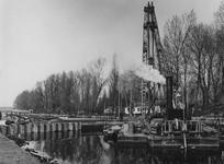 1974-1069 Een drijvende heistelling in de Boezem. Links de Barakkenbrug vanaf de Boezemlaan.