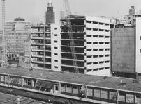 1974-1221 De bouw van de parkeergarage van magazijn De Bijenkorf aan de Hennekijnstraat, gezien vanuit de achterzijde ...
