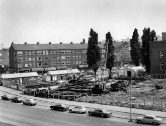 1974-1231 Bouw sporthal, hoek Gerdesiaweg en Slaak.