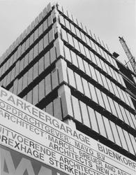 1974-1234 Parkeergarage van magazijn De Bijenkorf in aanbouw aan de Hennekijnstraat, hoek van de Aert van Nesstraat.