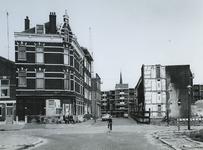 1974-1601 De Oudaenstraat, kruising met de Meermanstraat. Op de achtergrond, uit het westen de torenspits van de ...