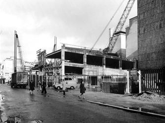 1974-204 Hennekijnstraat met op de achtergrond de parkeergarage van De Bijenkorf in aanbouw.
