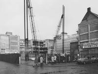 1974-205 Hennekijnstraat met het heiwerk op het terrein van de voormalige Sint Luciaschool, op de hoek van de Aert van ...