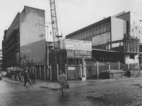 1974-206 De Aert van Nesstraat hoek Hennekijnstraat met de parkeergarage van de Bijenkorf in aanbouw.