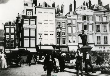 1974-2071 De Grotemarkt met het standbeeld van Erasmus, het Steiger en links de Wijde Marktsteeg.