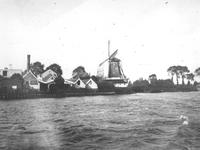 1974-2079 De Schaardijk (Kralingseveer) met rechts oliemolen de Liefde, gezien vanaf de Nieuwe Maas.