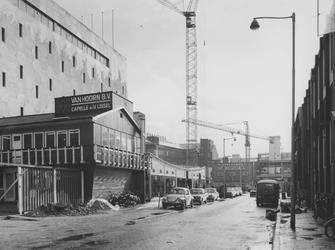 1974-208 Hennekijnstraat met op de achtergrond de bouwactiviteiten voor de uitbreiding van de AMRO-bank op het Van ...