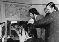 1974-249 Interieur van het radarstation aan de Lekstraat/Lekhaven. Uitleg van de werking o.a. aan wethouder H.J. ...