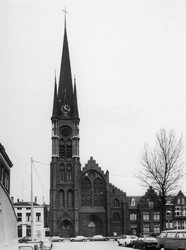 1974-663 De rooms-katholieke kerk de Allerheiligste Verlosser aan de Goudse Rijweg. Op de voorgrond Hugo de ...