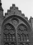 1974-666 De gevel boven de hoofdingang van de rooms-katholieke kerk de Allerheiligste Verlosser aan de Goudse Rijweg.