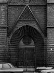 1974-667 De ingang van de toren van de rooms-katholieke kerk van de Allerheiligste Verlosser aan de Goudse Rijweg uit ...