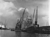 1974-888 Merwehaven met schepen en hijskranen. Rechts het vrachtschip Matanzas aan de kade bij Corn. Swarttouw.
