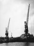 1974-890 Merwehaven met schepen en hijskranen.